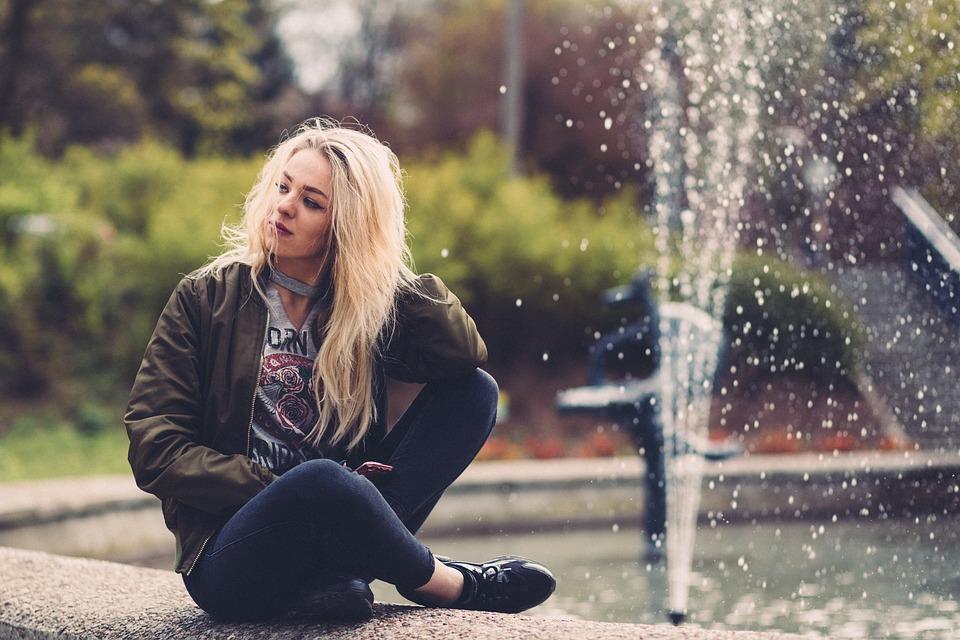 jeune fille et fontaine